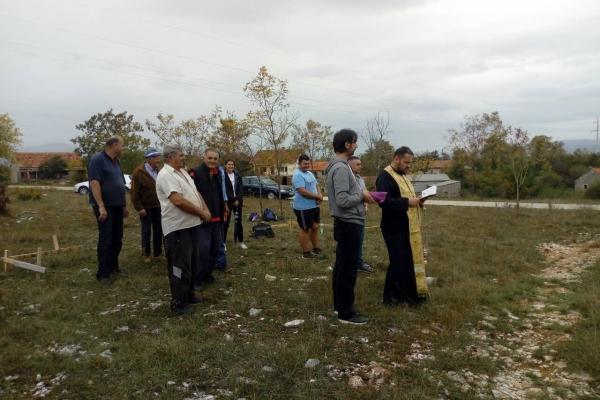 Sveštenik Aleksandar Grčić osveštao je crkveno zemljište i blagoslovio početak radova.